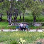 Disfrutando del jardín en la residencia de Mayores Ntra. Sra. del Pilar de Collado