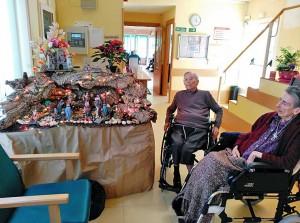Belén de Navidad y residentes de Ntra. Sra. del Pilar de Collado