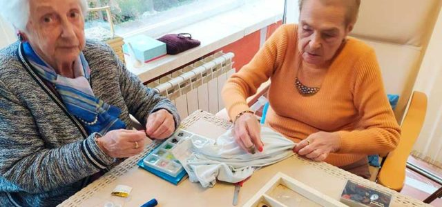 Taller de costura con los mayores